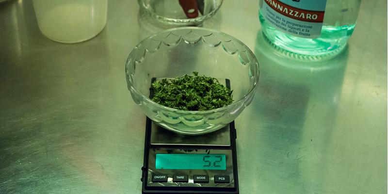 Waage mit Cannabis in einer Schale