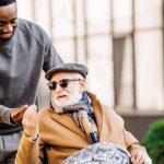 Alter Man Im Rollstuhl bekommt Medizinischen Joint gereicht